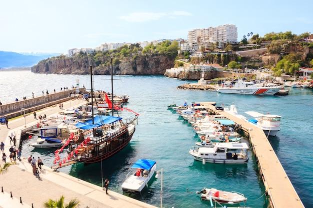 Mediterraan landschap in antalya. uitzicht op de bergen, zee, jachten en de stad