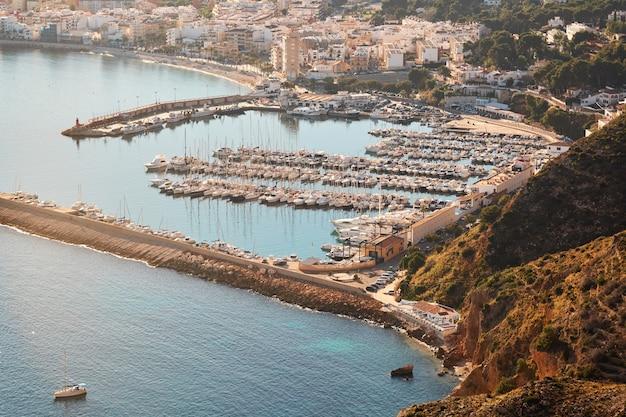 Mediterraan zeegezicht bij zonnige dag aan costa blanca in spanje