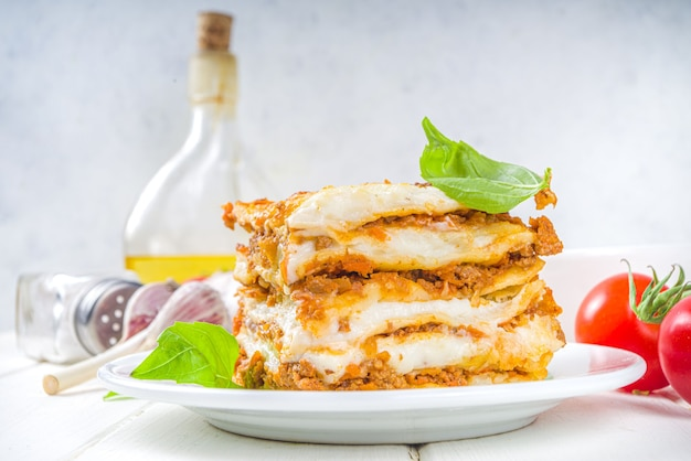 Mediterraans eten, italiaanse traditionele lasagne pasta, met bolognese, bechamel en kaas.