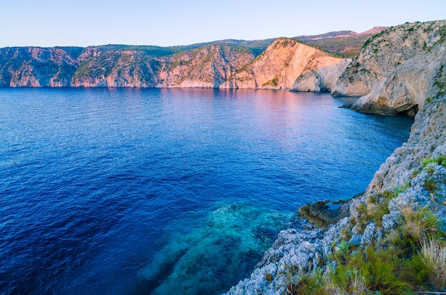 Mediterrane baai bij zonsonderganglicht in assos, kefalonia, griekenland