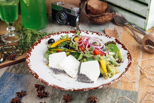 Mediterrane foetakaas van salade verse groenten