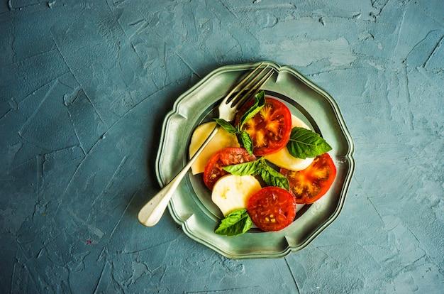 Mediterrane italiaanse caprese salade
