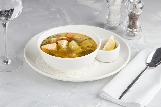 Mediterrane keuken, zalm vissoep, restaurant serveren, lichte achtergrond