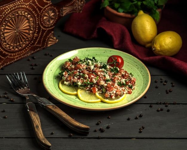 Mediterrane peterseliesalade, gemaakt met verse tomaten en hennepzaden