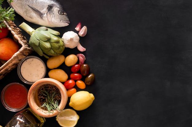 Mediterrane vis - dorado en groenten op het bord. bovenaanzicht