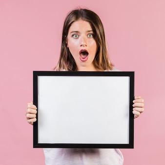 Medium geschokte meisje met frame