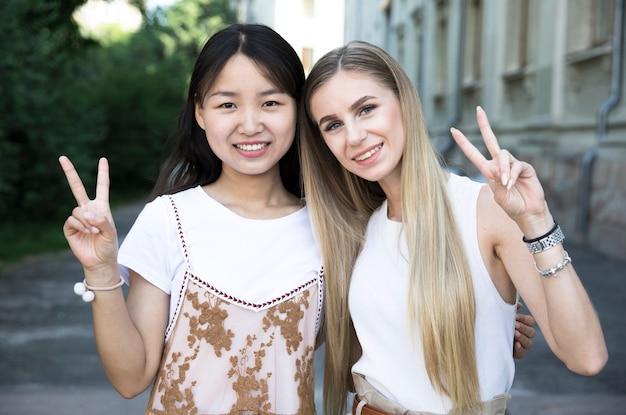 Medium geschoten diverse vrienden glimlachen