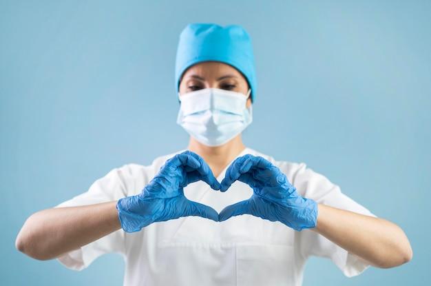 Medium geschoten dokter met masker