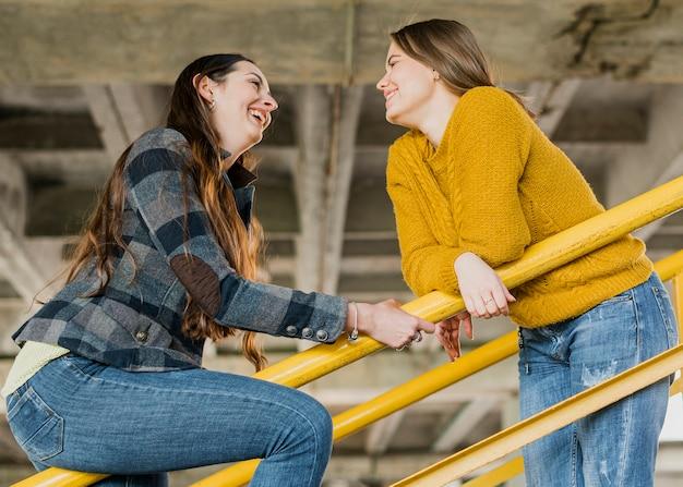 Medium geschoten gelukkige meisjes die elkaar bekijken