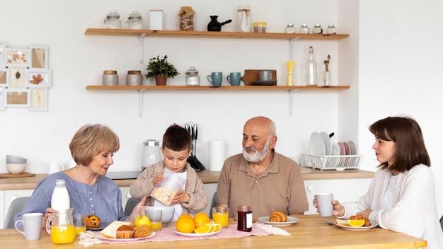 Medium geschoten gezin aan tafel zitten
