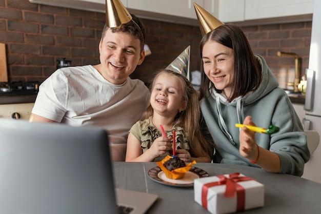 Medium geschoten gezin met cadeau