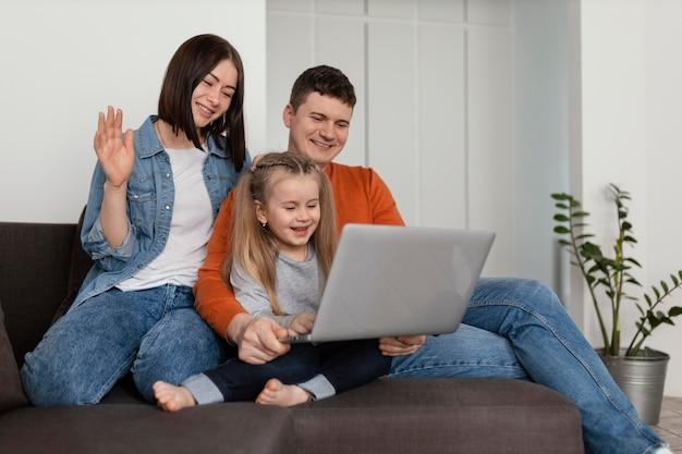 Medium geschoten gezin met laptop