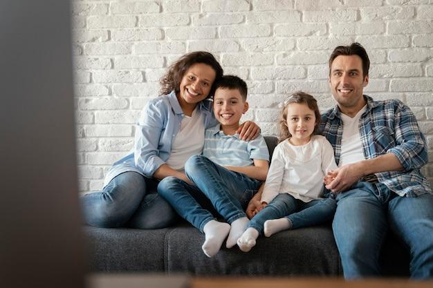 Medium geschoten gezin zittend op de bank