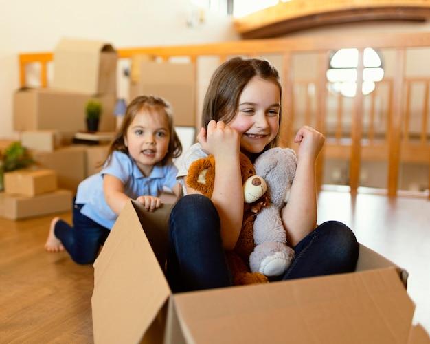 Medium geschoten kinderen met kartonnen doos