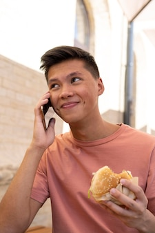 Medium geschoten man die aan de telefoon praat