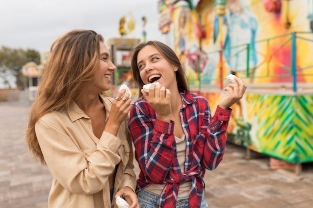 Medium geschoten meisjes met snoep