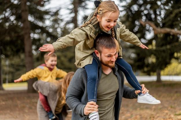 Medium geschoten ouders en kinderen die plezier hebben
