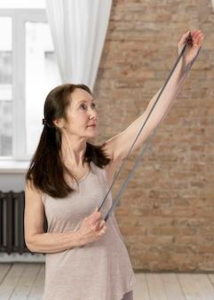 Medium geschoten senior vrouw met band