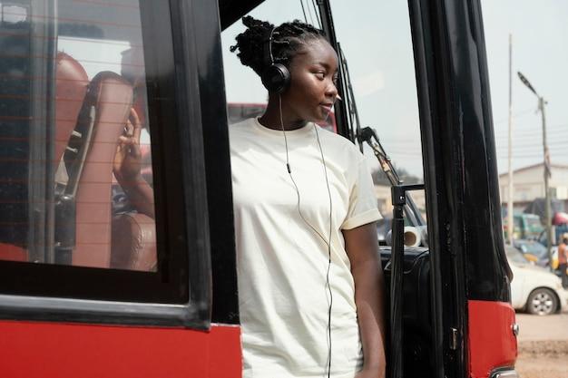Medium geschoten vrouw die met de bus reist Premium Foto