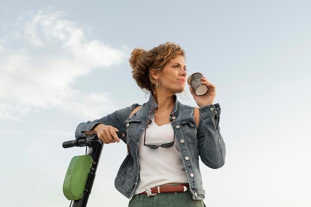 Medium geschoten vrouw met scooter