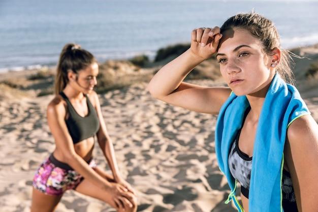Medium geschotene jonge vrouwen die na het aanstoten ontspannen