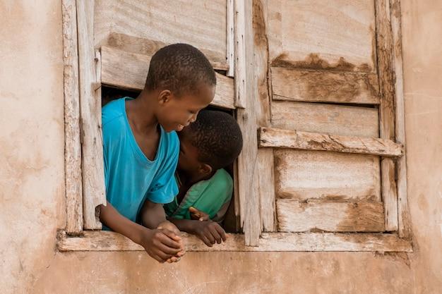 Medium shot afrikaanse smiley kinderen