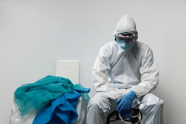 Medium shot arts die een hazmat-pak draagt