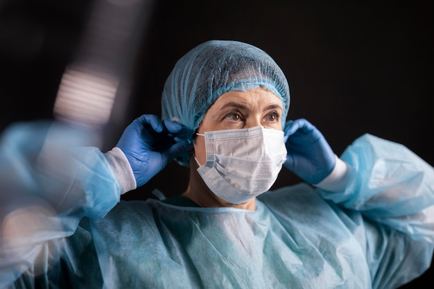 Medium shot arts die een masker opzet
