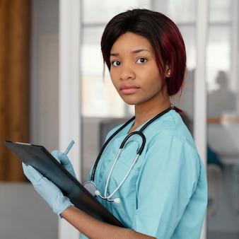 Medium shot arts met een stethoscoop