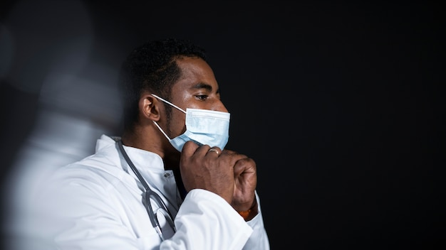 Medium shot arts met gezichtsmasker