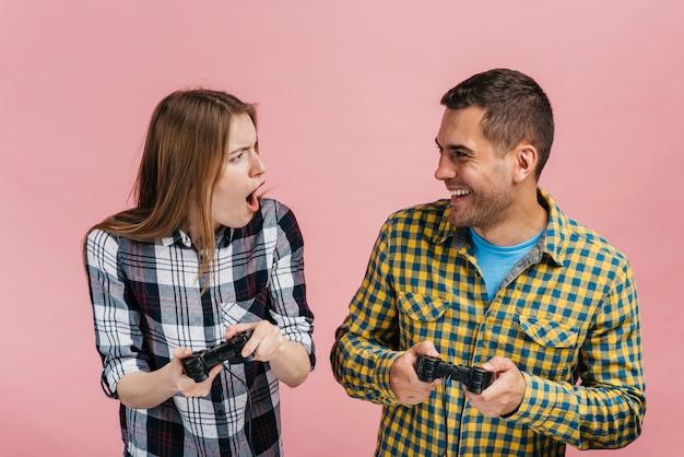 Medium shot beste vrienden die videogames spelen