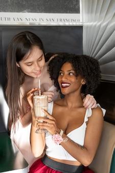 Medium shot blije vrouwen met drankjes