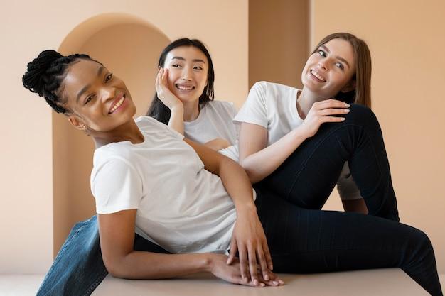 Medium shot blije vrouwen zitten