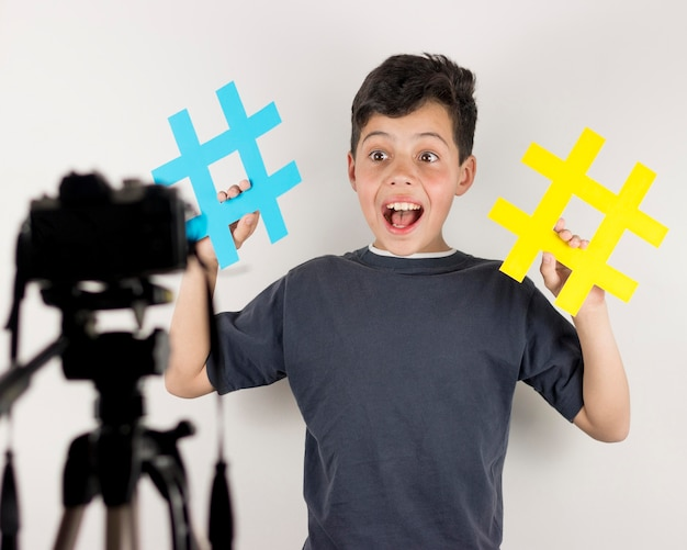 Medium shot blogger met hashtags