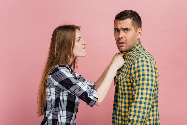 Medium shot boze vrouw met het shirt van haar vriend