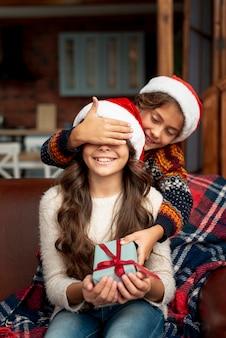 Medium shot broer verrassende zus met cadeau