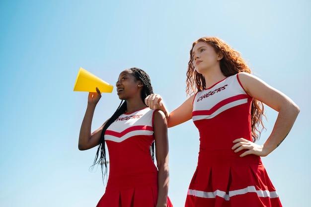 Medium shot cheerleaders lage hoek