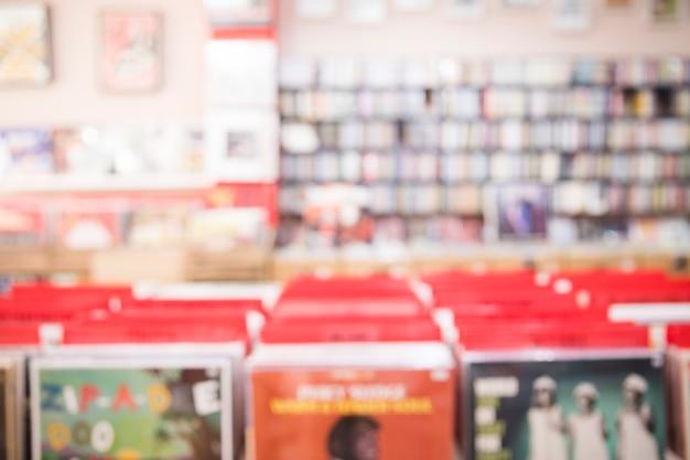 Medium shot defocused weergave van vinyl winkel