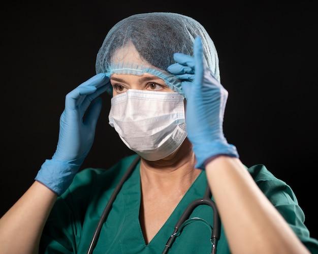 Medium shot dokter met haarnetje