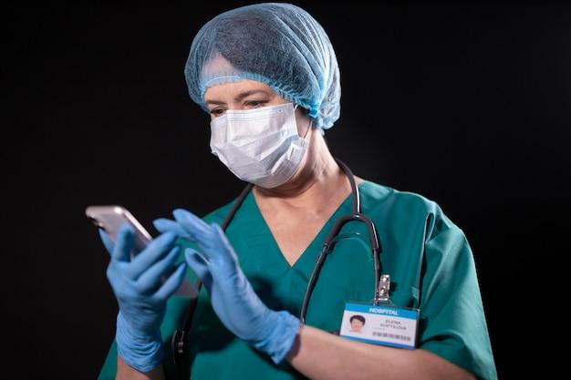 Medium shot dokter met telefoon