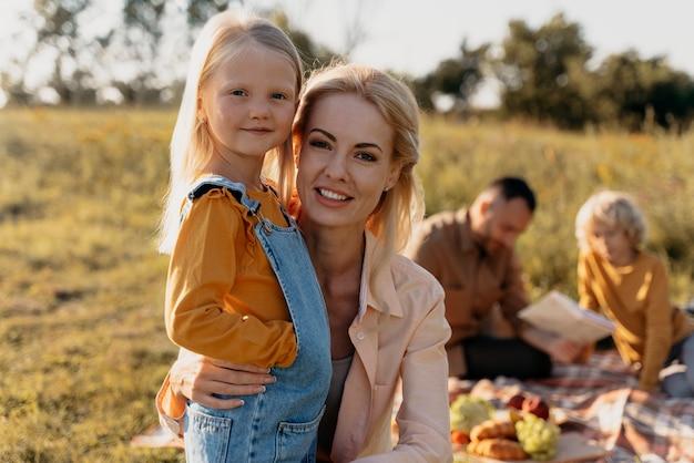 Medium shot familie bij picknick
