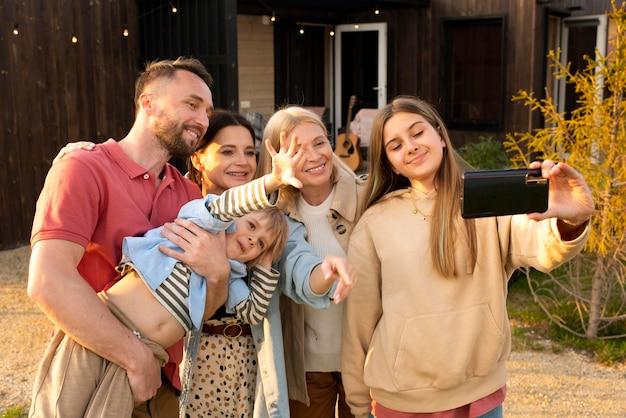 Medium shot familie die selfie maakt