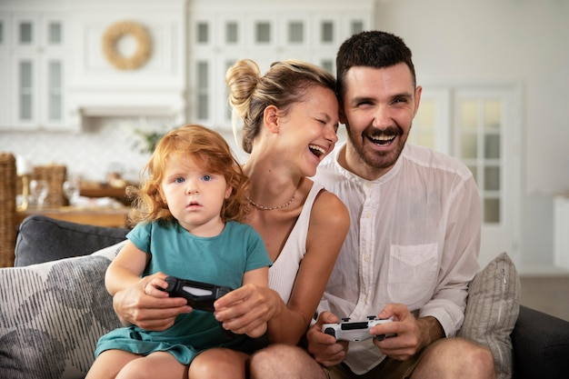 Medium shot familie die videogames speelt