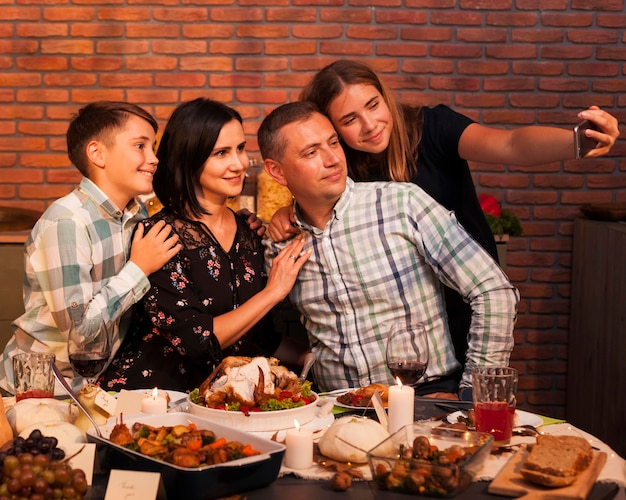 Medium shot familie selfie te nemen