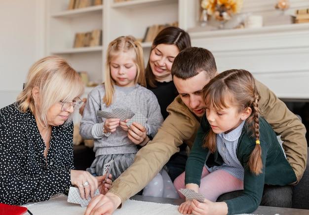 Medium shot familie speelkaarten