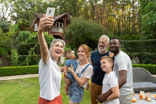 Medium shot familieleden nemen selfie