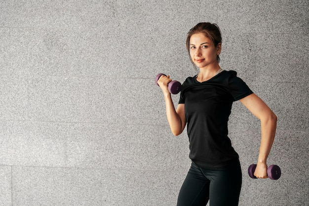 Medium shot fit vrouw met halters