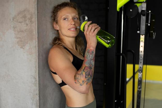 Medium shot fit vrouw op sportschool