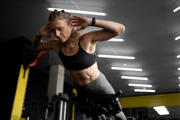 Medium shot fit vrouw training Gratis Foto