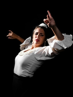 Medium shot flamenca dansen met handen omhoog